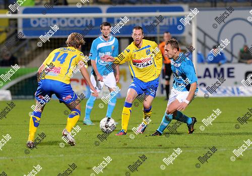 2012-10-27 / Voetbal / seizoen 2012-2013 / Westerlo - Tubeke / Janssens (14) komt Kevi Geudens ter hulp in zijn duel met Philippe Liard (r. Tubeke)..Foto: Mpics.be