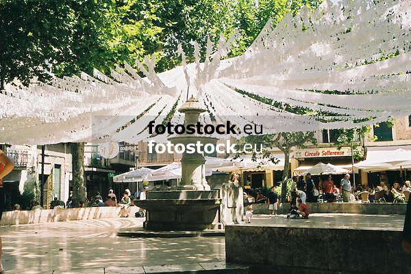 Main square of S&oacute;ller decorated with white garlands<br /> <br /> Plaza de la Constituci&oacute;n (cat.: Placa de la Constituci&oacute;) en S&oacute;ller decorada con giuirnaldas blancas<br /> <br /> Hauptplatz von S&oacute;ller mit wei&szlig;en Girlanden geschm&uuml;ckt<br /> <br /> 1840 x 1232 px<br /> Original: 35 mm