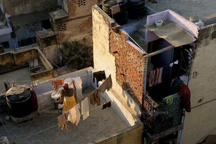 15.12.2008 Delhi(Haryana)<br /> <br /> Woman hanging out the washing in her balcony.<br /> <br /> Femme en train d'étendre le linge sur son balcon.
