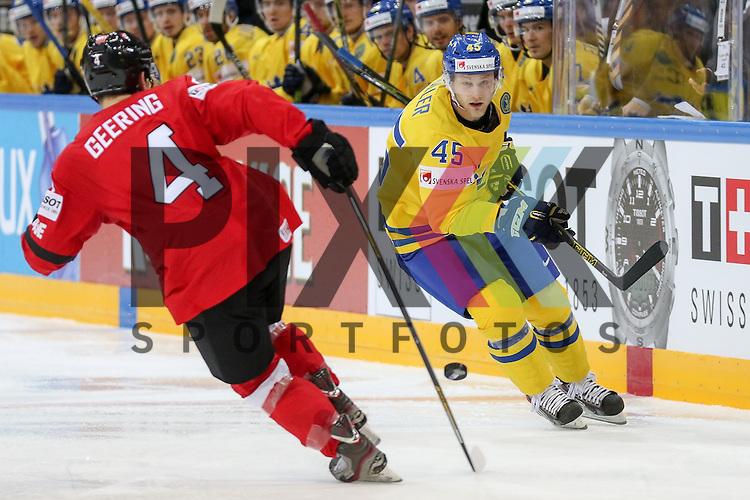 Schweizs Geering, Patrick (Nr.4) verteidigt gegen Schwedens Moller, Oscar (Nr.45)  im Spiel IIHF WC15 Schweiz vs. Schweden.<br /> <br /> Foto &copy; P-I-X.org *** Foto ist honorarpflichtig! *** Auf Anfrage in hoeherer Qualitaet/Aufloesung. Belegexemplar erbeten. Veroeffentlichung ausschliesslich fuer journalistisch-publizistische Zwecke. For editorial use only.