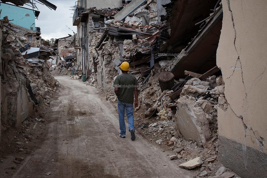 L'aquila, Abruzzo, Italia. 19.09.2009. Francesco Colaianni rusler en tur i sitt gamle naolag fem måneder etter skjelvet. Klokken 03:32 den 6 april 2009. Et jordskjelv som måler 6.3 ryster byen. 309 mennesker mister livet. Fem år senere sliter de som overlevde fortsatt med etterskjelvene, i form av en guffen cocktail av uærlige offentlige tjenestemenn, mafia og 494 millioner øremerkede euro på avveie. Fotografier til bruk i feature i DN lørdag 05.04.2014. Foto: Christopher Olssøn.