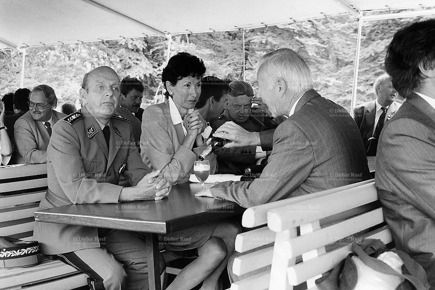 Switzerland. Canton Uri. Boat trip to the Rütli feld. 1 August 1990. Swiss national holiday. Public holiday. High ranking military officers and politicians. A man drinks a bier. Rütli is the birthplace of the Swiss Confederation. © 1990 Didier Ruef