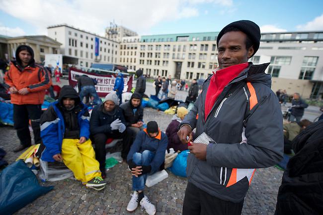 Seit Mittwoch den 9. Oktober 2013 befinden sich in Berlin etwa 2 dutzend Fluechtlinge vor dem Brandenburger Tor erneut im Hungerstreik.<br />Die Fluechtlinge fordern die Anerkennung ihrer Asylantraege und wollen den Hungerstreik so lange weiterfuehren bis ihre Forderung erfuellt wird.<br />Ein erster Hungerstreik im Winter wurde nach mehreren Wochen erfolglos beendet.<br />Am 6. Tag des Hungerstreiks, Montag den 14. Oktober 2013, verkuenden die Fluechtlinge, dass sie ab sofort zusaetzlich auch in einen Durststreik treten.<br />Hier: Die Fluechtlinge am 10. Tag ihres Hungerstreiks und 5. Tag des Durststreiks.<br />18.10.2013, Berlin<br />Copyright: Christian-Ditsch.de<br />[Inhaltsveraendernde Manipulation des Fotos nur nach ausdruecklicher Genehmigung des Fotografen. Vereinbarungen ueber Abtretung von Persoenlichkeitsrechten/Model Release der abgebildeten Person/Personen liegen nicht vor. NO MODEL RELEASE! Don't publish without copyright Christian Ditsch/version-foto.de, Veroeffentlichung nur mit Fotografennennung, sowie gegen Honorar, MwSt. und Beleg. Konto:, I N G - D i B a, IBAN DE58500105175400192269, BIC INGDDEFFXXX, Kontakt: post@christian-ditsch.de.<br />Urhebervermerk wird gemaess Paragraph 13 UHG verlangt.]