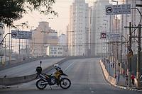 FOTO EMBARGADA PARA VEICULOS INTERNACIONAIS. SAO PAULO, SP, 18/09/2012, INTERDICAO VIADUTO. O viaduto Eng. Orlando Mugel foi interditado pela Defesa Civil de Sao Paulo, devido ao incendio de ontem que aconteceu na Favela do Moinho, placas de concreto se soltaram, as grade de protecao tambem foram seriamente danificadas. Hoje (18) sera feita um analise tecnica para ver se a interdicao continua. Luiz Guarnieri/ Brazil Photo Press.