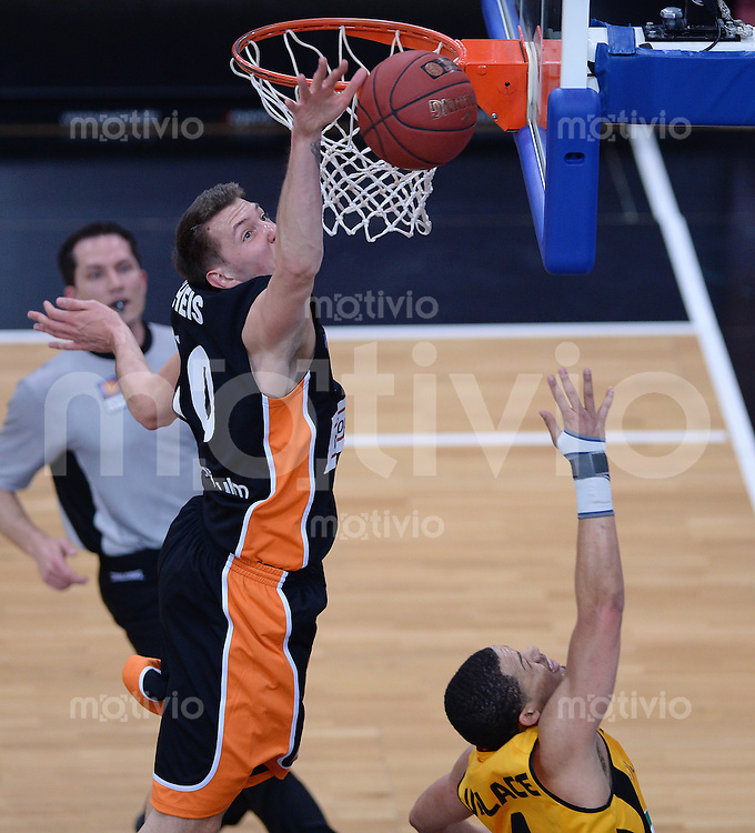 Basketball 1. Bundesliga  2013/2014 Walter Tigers Tuebingen - ratiopharm Ulm      01.03.2014 Daniel Theis (li, Ulm) blockt Jonathan Wallace (unten re, Tigers)