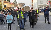 Demonstration der Anwohner und Sympathisanten vom Bahnhof Kelsterbach zum Rathaus für den Erhalt des Kiosk von Mehmet Karaüzüm (vr), mit Halil Tanan (vl) und Raimondo Cademas (r)  - 21.02.2019: Demonstration für den Erhalt des Kiosk an der Niederhölle in Kelsterbach