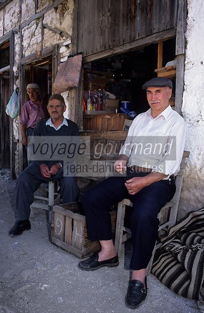 Europe/Turquie/Altinyata : Marché - Turcs devant une épicerie