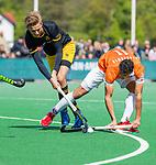 BLOEMENDAAL -  Noud Schoenaker (Den Bosch) met Glenn Schuurman (Bldaal)    tijdens de hoofdklasse competitiewedstrijd hockey heren,  Bloemendaal-Den Bosch (2-1).    COPYRIGHT KOEN SUYK