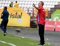 MANIZALES - COLOMBIA, 25-02-2018: Nestor Cravioto técnico de Atlético Huila gesticula durante partido contra Once Caldas por la fecha 5 de Liga Águila I 2018 jugado en el estadio Palogrande de la ciudad de Manizales. / Nestor Cravioto coach of Atletico Huila gestures during match for the date 5 of the Aguila League I 2018 played at Palogrande stadium in Manizales city. Photo: VizzorImage / Santiago Osorio / Cont