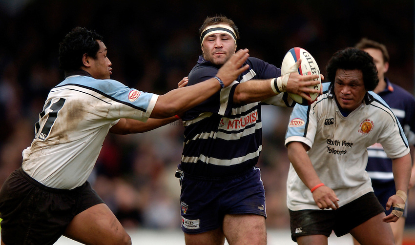 Photo. Richatd Lane..Bristol Shoguns v Exeter Chiefs. England National Division One. 27/03/2005..Alex Clarke passes as Sione Kepu tackles.