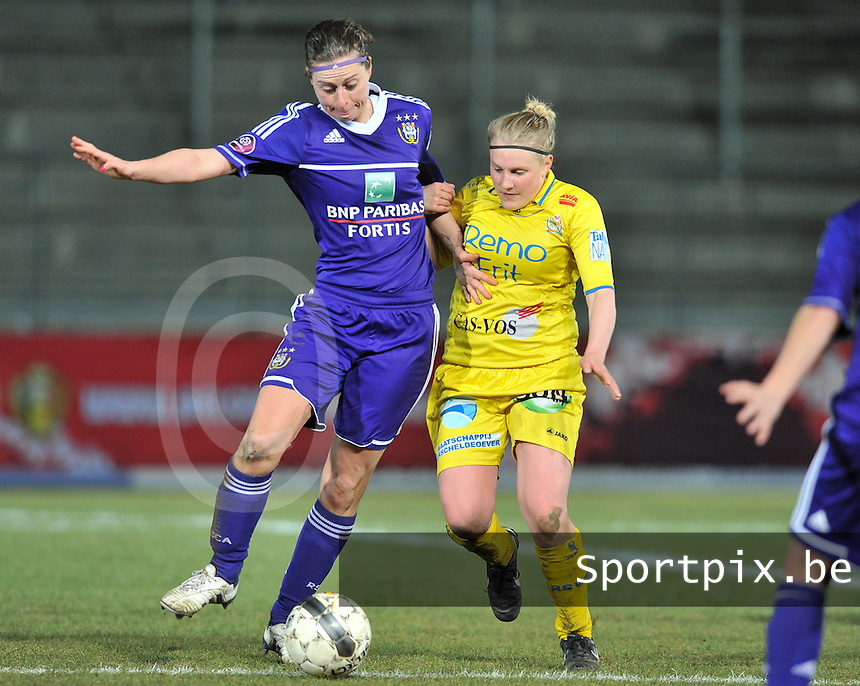 Waasland Beveren Sinaai Girls - RSC Anderlecht : duel tussen Cynthia Browaeys (links) en Wiene Van Guyse .foto DAVID CATRY / Nikonpro.be