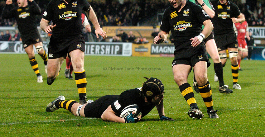Photo: Richard Lane..London Wasps v Gloucester Rugby. Guinness Premiership. 26/12/2006. .Wasps's Tom Palmer dives in to score a try.