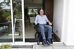Foto: VidiPhoto<br /> <br /> ARNHEM – ALS-patiënt Gerard Gravendeel probeert zich in en om zijn huis te redden via allerlei aanpassingen en zijn speciale rolstoel met allerlei technische snufjes.