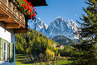 Italy, South Tyrol (Trentino-Alto Adige), Val di Funes: farmhouse at mountain village St. Magdalena and Le Odle mountains at natural park Puez-Odle | Italien, Suedtirol (Trentino-Alto Adige), Dolomiten, Villnoesstal: Bauernhof im Bergdorf St. Magdalena vor der Geislergruppe im Naturpark Puez-Geisler