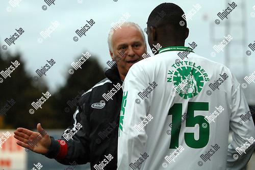 2007-11-04 / Voetbal / K.F.C. Dessel Sport - R. White Star Woluwe F.C. / De nieuwe trainer van Dessel, Dirk Verbraken, geeft Nombeko Brazil nog wat richtlijnen alvorens hij hem het veld op stuurt..Foto: Maarten Straetemans (SMB)