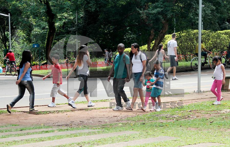 SAO PAULO, SP, 22 DE JANEIRO DE 2012 - CLIMA TEMPO PARQUE DO IBIRAPUERA -  Populares aproveitam o domingo no Parque do Ibirapuera na regiao sul da capital paulista. (FOTO: KAREN CANUTO - NEWS FREE).