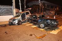 SAO PAULO, SP, 22/09/2013, ACIDENTE. Dois veiculo colidiram na Av Luis Ferreira da Silva cruzamento com a R. Antonio Gomes no bairro da Agua Rasa. Tres pessoas ficaram feridas, duas delas presas as ferragens, a mais grave foi retirada em parada cardio respiratoria, foi reanimada pelos bombeiros e encaminhada ao Hospital Heliopolis. O acidente aconteceu na noite de ontem (21). LUIZ GUARNIERI/ BRAZIL PHOTO PRESS.