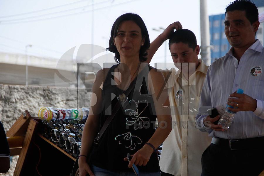 SAO PAULO, SP, 08 DE SETEMBRO 2012 - CAMPANHA ELEITORAL - SONINHA - A candidata a prefeitura de São Paulo Soninha fez campanha eleitoral na tarde deste sabado(08), no Ipiranga, a candidata visitou a Rua Silva Bueno centro comercial do bairro e conversou com moradores da Favela do Heliópolis na região sul de São Paulo.  (FOTO: AMAURI NEHN / BRAZIL PHOTO PRESS).