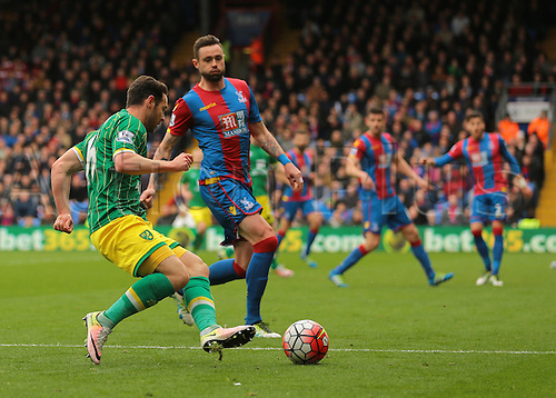 09.04.2016. Selhurst Park, London, England. Barclays Premier League. Crystal Palace versus Norwich. Norwich City Midfielder Matthew Jarvis looks to take on Crystal Palace Defender Damien Delaney at the edge of the Crystal Palace area