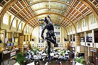 Nederland Amsterdam 2015 10 27.  Beursplein 5 . Interieur van de Amsterdamse Effectenbeurs op Beursplein 5. Het gebouw is een ontwerp van Joseph ( Jos ) Cuypers. De Beurs werd geopend in 1913. Beeld van Mercurius; de god van de handel.   Foto Berlinda van Dam / Hollandse Hoogte