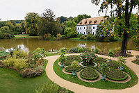 Schlossgarten, Schlosssee und Altes Schloss im Fürst Pückler Park, Bad Muskau, Sachsen, Deutschland, Europa, UNESCO-Weltkulturerbe<br /> Palace garden, palace pond and old palace  in Fürst Pückler Park, Bad Muskau, Saxony, Germany, Europe, UNESCO-World Heritage