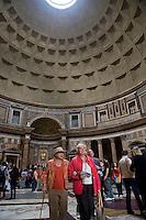 Rome continue to be one of the most visited city in the world..Roma continua ad essere una delle città più visitata al mondo.Tourists visit the Pantheon