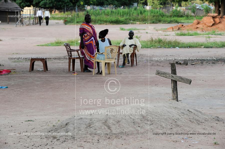 SOUTH-SUDAN Lakes state, Rumbek, grave with cross / SUED-SUDAN Rumbek, Grab mit Kreuz