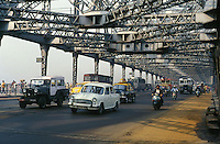 INDIA Calcutta Kolkata, Howrah bridge at river Hooghli / INDIEN Westbengalen, Kalkutta, Verkehr auf Howrah Bruecke ueber den Fluss Hooghli