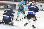 Duesseldorfs Carl Ridderwall (Nr.22) will die Scheibe vor Schwenningens Goalie DustinStrahlmeier (Nr.34)  ablenken beim Spiel in der DEL, Duesseldorfer EG (hell) - Schwenninger Wild Wings (dunkel).<br /> <br /> Foto © PIX-Sportfotos *** Foto ist honorarpflichtig! *** Auf Anfrage in hoeherer Qualitaet/Aufloesung. Belegexemplar erbeten. Veroeffentlichung ausschliesslich fuer journalistisch-publizistische Zwecke. For editorial use only.