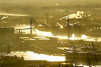 4415 / Koehlbrandbruecke: EUROPA, DEUTSCHLAND, HAMBURG, (EUROPE, GERMANY), 09.12.2003:Die Köhlbrandbruecke praegt das hamburger  Hafenbild.  1974 fertiggestellter Verkehrsweg, verbindet die westlichen und die oestlichen Hafenteile als erste Landverbindung. Das 520 Meter lange Kernstueck der Stahlbruecke ist an 88 Stahlseilen aufgehaengt und die aesthestische Konstruktion der zwei charakteristischen Stuetzpfeiler stellt nicht nur optisch, sondern auch technisch eine Meisterleistung der Brueckenkonstrukteure dar.