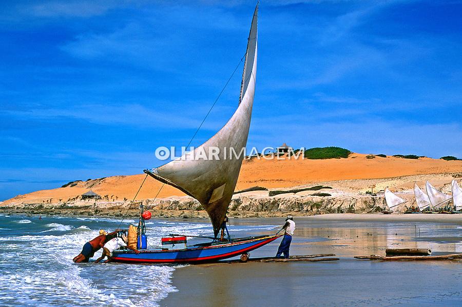 Jangada e pescadores  na praia de Parajuru em Beberibe, Ceará. 1993. Foto de Juca Martins.
