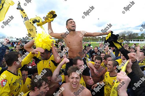 2012-04-22 / Voetbal / seizoen 2011-2012 / Berchem Sport kampioen / Brahim Boujouh wordt opgetild..Foto: Mpics.be