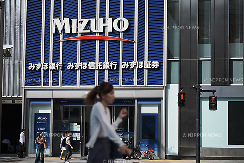 September 8, 2017: Pedestrians walk past a Mizuho bank branch in Tokyo, Japan, 8 September 2017. (Photo by Nicolas Datiche/AFLO) (JAPAN)