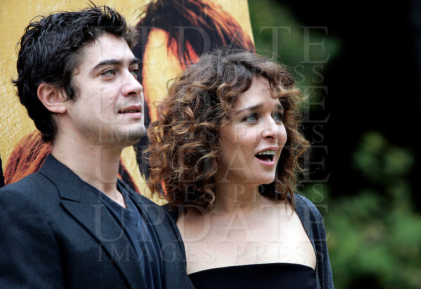 "Gli attori Riccardo Scamarcio, sinistra, e Valeria Golino posano durante un photocall per la presentazione del film ""L'uomo nero"" a Roma, 30 novembre 2009..Italian actress Valeria Golino, right, and her boyfriend, actor Riccardo Scamarcio, pose during a photocall for the presentation of the movie ""L'uomo nero"" (The black man) in Rome, 30 november 2009..UPDATE IMAGES PRESS/Riccardo De Luca"