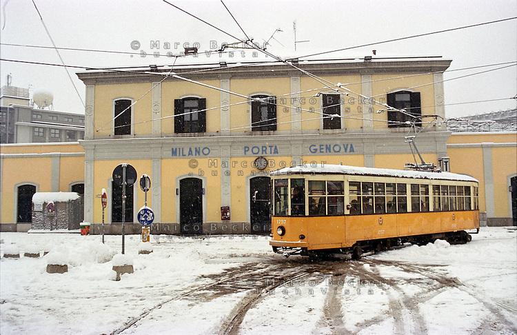 Gennaio 2009, nevicata su Milano. Tram alla Stazione Milano Porta Genova --- January 2009, snowfall in Milan. A tram at Milano Porta Genova railway station