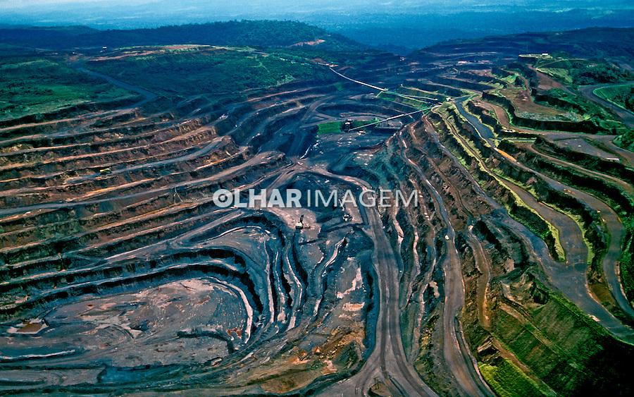 Vista aérea de mineração de ferro em Carajás. Pará. 1999. Foto de Ricardo Azoury.