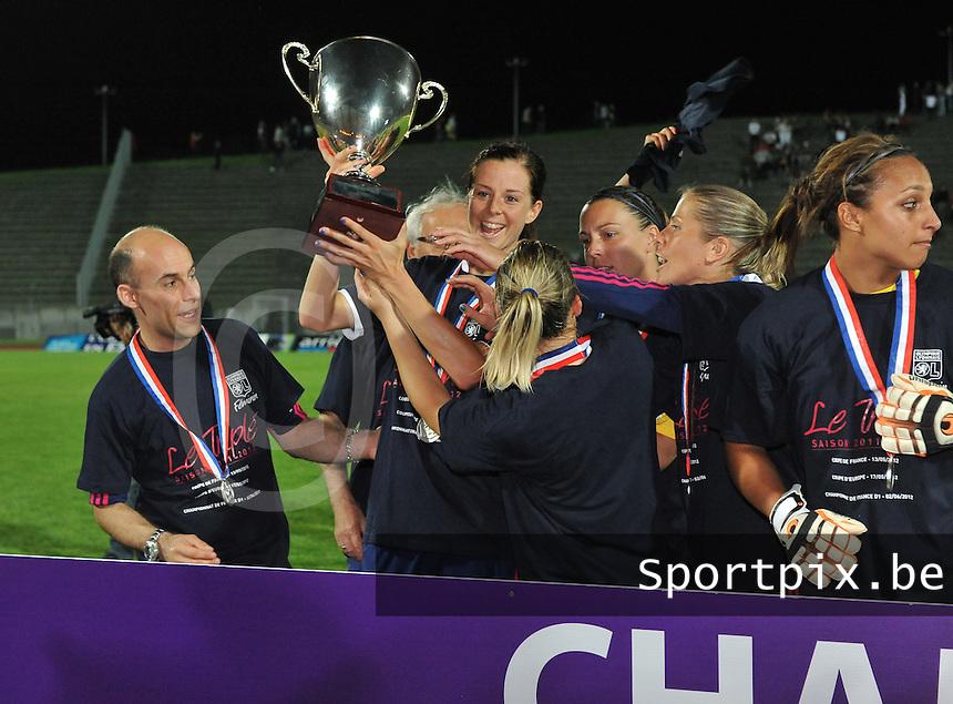 Football Club Feminin Juvisy Essonne - Olympique Lyon :.Lotta Schelin wil haar beker niet delen.foto DAVID CATRY / JOKE VUYLSTEKE / Vrouwenteam.be