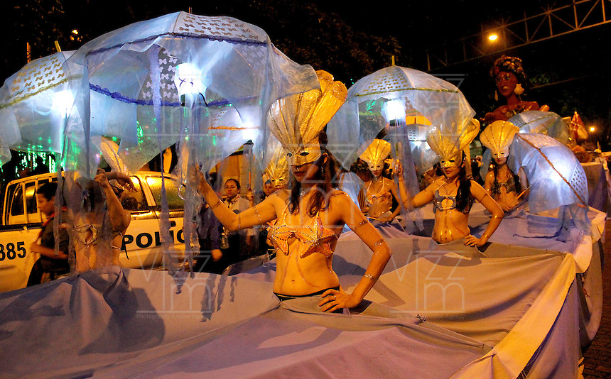 MEDELLÍN - COLOMBIA, 08-12-2013. El Carnaval de Luces, Danzas, Mitos y Leyendas es realizado en el marco del Festival de las Luces en el Centro de Medellín. El desfile contó con la participación de más de 900 artistas que recrearon personajes que anuncian la navidad./ The Carnival of Lights, Dances, Myths and Legends is performed in the Festival of Lights at the downtown of Medellin. The parade was attended by more than 900 artist who recreated characters announcing christmas.  Photo: VizzorImage/Luis Rios/STR