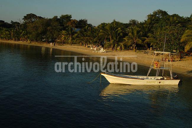 Isla de Roatan en la costa Caribe de Honduras. Por sus playas, vegetacion e instraestructura en hotels , restaurantes y deportes nauticos  la Isla es el lugar mas visita por turistas extranjeros.  +turismo*Roatan Island in the Caribbean coast of Honduras. Roatan is the favorite destination of foreign tourists looking for beaches, water sports, and an excelent instrastructure of hotels and restaurants+tourism *Des touristes  à  Roatan. +tourisme, sport, vacances..