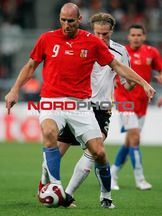 Qualifikation EM 2007 Gruppe: D - Deutschland (GER) vs. Tschechien (CZ). <br /> <br /> Marcell Jansen (Deutschland #2) gegen Jan Koller (Tschechien #9).<br /> <br /> <br /> Foto &copy; nph (  nordphoto  )<br /> <br /> <br /> <br />  *** Local Caption ***