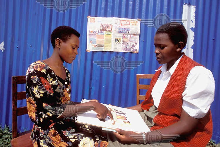 © Giacomo Pirozzi / Panos Pictures..UGANDA..Peer educators discussing family planning and AIDS prevention.