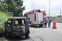 SAO PAULO SP, 05 MARCO 2013 - Um carro pegou fogo depois da Ponte Jaguare na Marginal Pinheiros sentido Castelo Branco ninguem  ficou ferido(FOTO: ADRIANO LIMA / BRAZIL PHOTO PRESS).