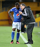 BOGOTA - COLOMBIA - 30-07-2016: Ruben Israel (Der.), técnico, de Millonarios, da instrucciones a Andres Escobar (Izq.) jugador de Millonarios, durante partido de la fecha 6 entre Millonarios y Rionegro Aguilas, de la Liga Aguila II-2016, jugado en el estadio Nemesio Camacho El Campin de la ciudad de Bogota.  / Ruben Israel (R), coach of Millonarios, gives instructions to Andres Escobar (L) player of Millonarios,  during a match between Millonarios and Rionegro Aguilas, for the date 6 of the Liga Aguila II-2016 at the Nemesio Camacho El Campin Stadium in Bogota city, Photo: VizzorImage / Luis Ramirez / Staff.