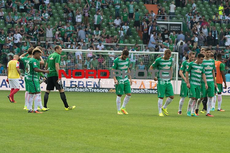 11.09.2016, Weser Stadion, Bremen, GER, 1.FBL, Werder Bremen vs FC Augsburg, im Bild<br /> <br /> entt&auml;uscht / enttaeuscht / traurig <br />  Serge Gnabry (Werder Bremen  #29)<br /> Jaroslav Drobny (Bremen #33)<br /> <br /> Thanos Petsos (Bremen #25)<br /> Lennart Thy (Bremen #11)<br /> Izet Hajrovic (Bremen #15)<br /> Zlatko Junuzovic (Bremen #16)<br /> Florian Grillitsch (Werder Bremen #27)<br /> <br /> Foto &copy; nordphoto / Kokenge