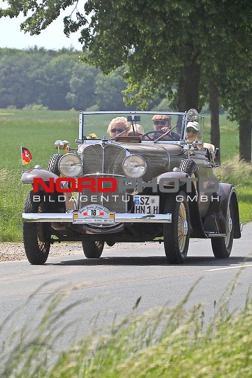 Harz- Heide -Fahrt fuer Odtimer am 06.06.2010 -hier bei Hildesheim. Im Foto ein Pontiac Big Six Bj. 1931. <br /> <br /> <br /> Foto: &copy; nph / Rust<br />  *** Local Caption *** Fotos sind ohne vorherigen schriftliche Zustimmung ausschliesslich f&uuml;r redaktionelle Publikationszwecke zu verwenden.<br /> <br /> Auf Anfrage in hoeherer Qualitaet/Aufloesung