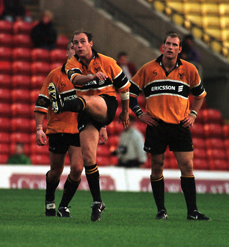 Photo. Richard Lane. .Saracens v Wasps. 25/10/98. Alex King clear the Wasps defence.