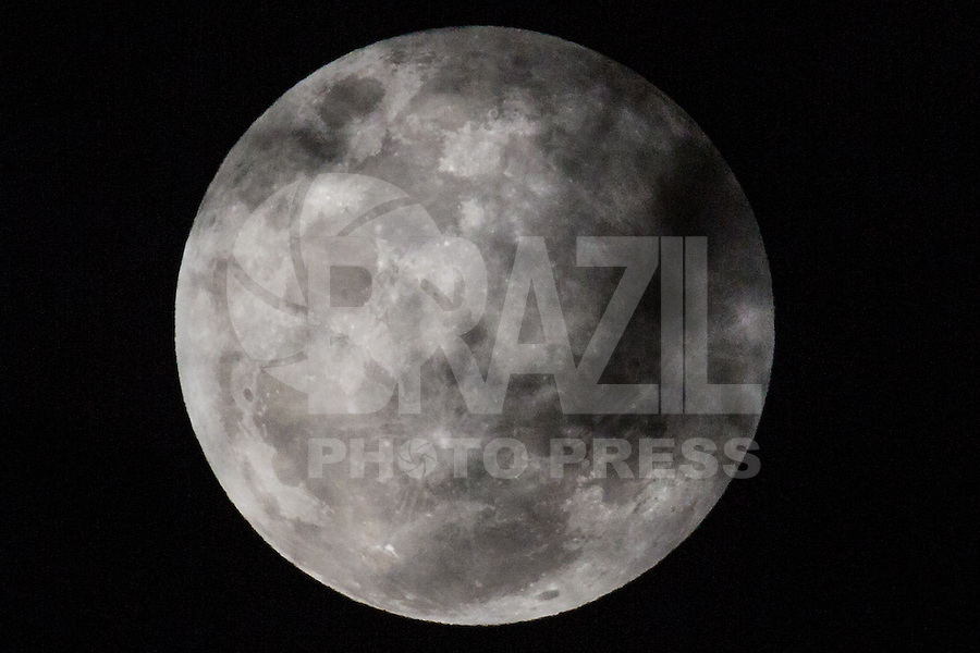 SÃO PAULO, SP, 27.09.2015 - SUPER-LUA - Super-lua é vista a partir da cidade de São Paulo na noite deste domingo, 27. (Foto: William Volcov/Brazil Photo Press)