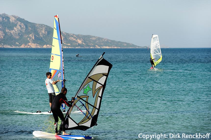Wind-Surfer vor Porto Pollo in der Gallura, Provinz Olbia-Tempio, Nord Sardinien, Italien