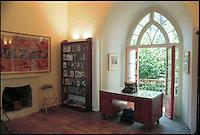 Montagnola-Lugano (Svizzera). Lo scrittore Hermann Hesse (premio nobel per latteratura nel 1946) dal 1919 fino alla sua morte avvenuta nel 1962, si trasferi' in questa tranquilla località sopra Lugano, a Montagnola. Qui scrisse alcune delle sue opere principali, Siddharta, Narciso e Boccadoro, Il lupo della steppa, Il gioco delle perle di vetro. Dal 1997 è diventato un museo che conta 20.000 visitatori ogni anno. Tutte le domeiche vengono organizzate letture delle opere di Hesse sia in italiano che in tedesco. In mostra, tra i suoi effetti personali, i suoi libri, e gli acquerelli che dipinse tra il '19 ed il '38, su sollecitazione dello psicanalista J.B. Lang..In this house Hermann Hesse lived between 1919 and 1962, when he died.Now the house is a museum, where each year 20.000 visitors come