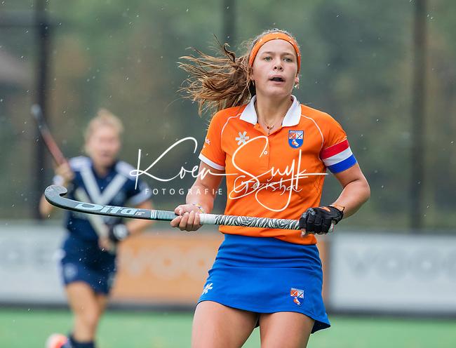 BLOEMENDAAL  -  Sanne Caarls (Bldaal) tijdens de hoofdklasse competitiewedstrijd vrouwen , Bloemendaal-Pinoke (1-2) . COPYRIGHT KOEN SUYK